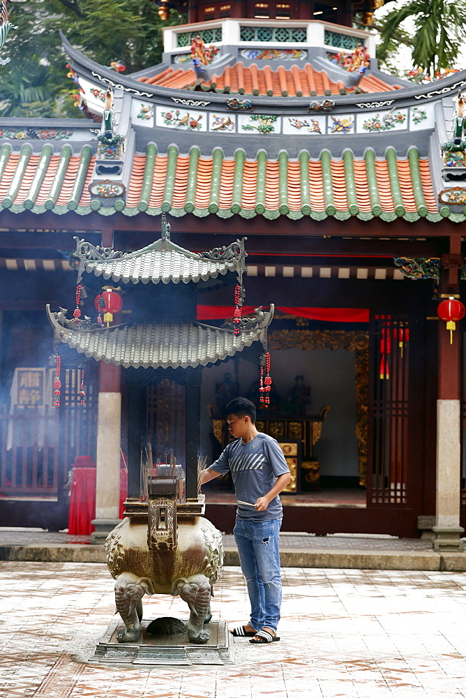 Thian Hock Keng Temple, Buddhist worshipper burning incense sticks, Singapore, Southeast Asia, Asia - 809-7666