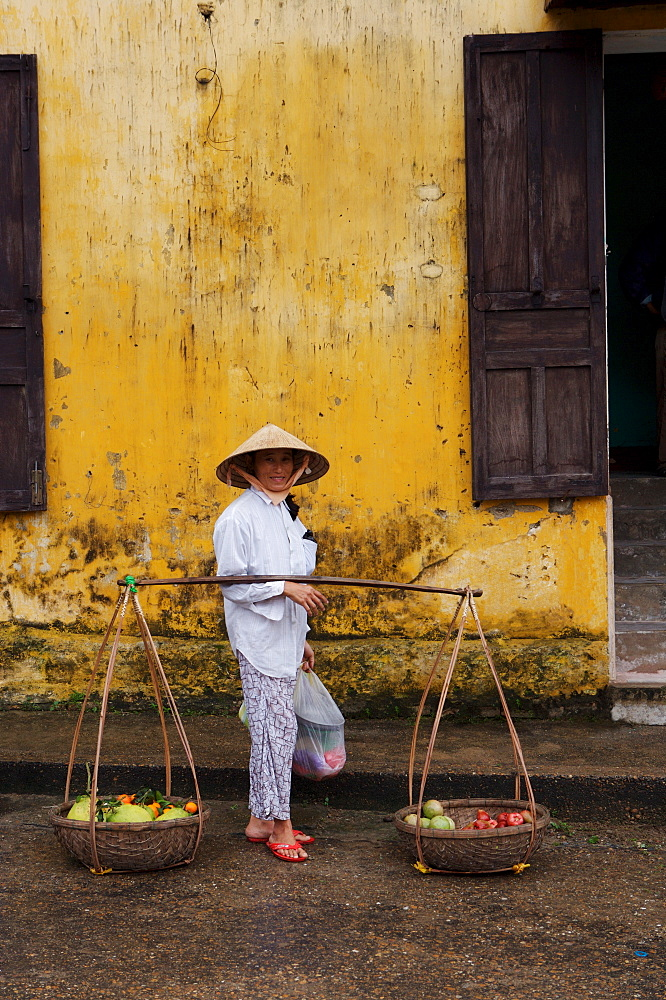 Fruit seller, Hoi An, Vietnam, Indochina, Southeast Asia, Asia - 812-202