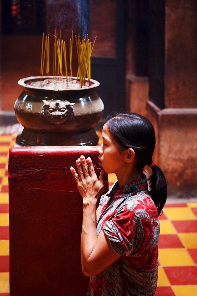 Local woman praying and meditating in Buddhist temple, Ho Chi Min City, Vietnam, Indochina, Southeast Asia, Asia - 812-213
