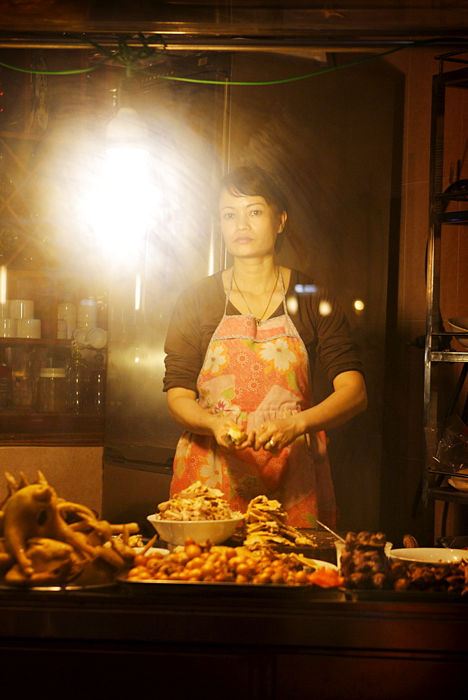 Woman preparing chicken at streetside cafe, Hanoi, Vietnam, Indochina, Southeast Asia, Asia - 812-89