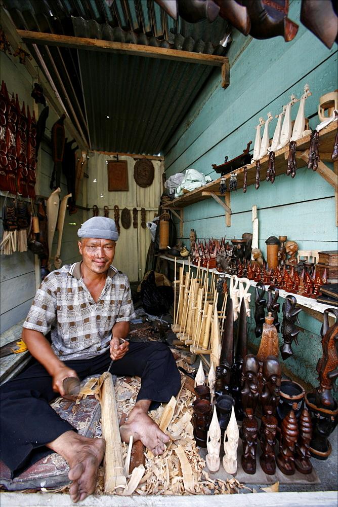 A craftsman in the village of Samosir, Lake Toba, Sumatra, Indonesia, Southeast Asia, Asia