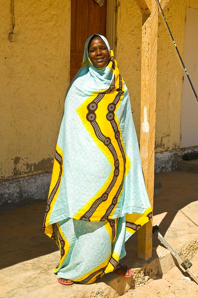 Traditionally dressed woman standing in the shade, Banc d´Arguin, Mauritania, Africa