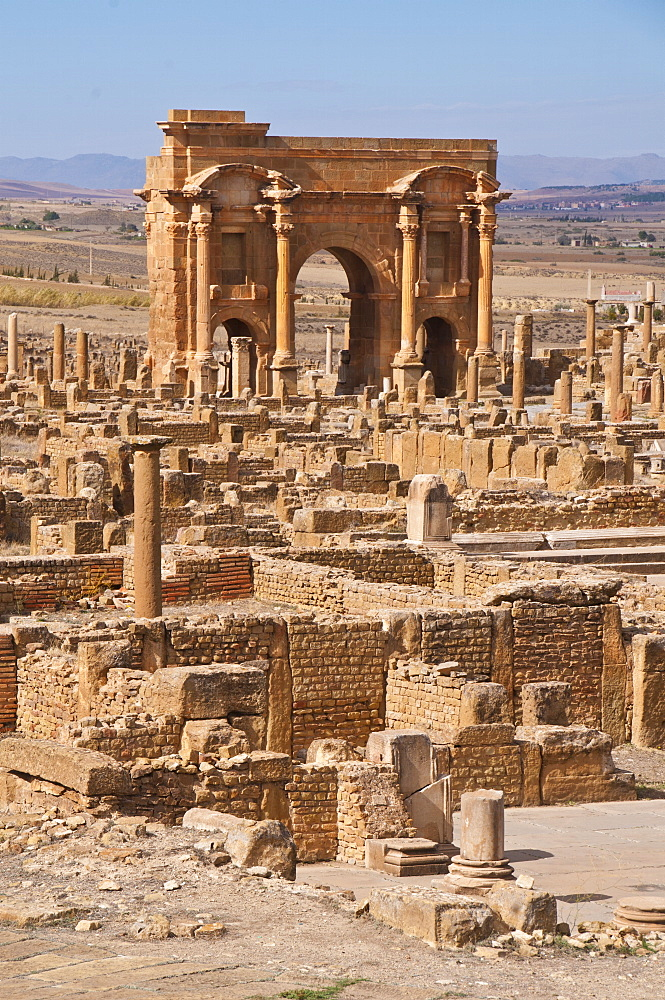 The Arch of Trajan at the Roman ruins, Timgad, UNESCO World Heritage Site, Algeria, North Africa, Africa