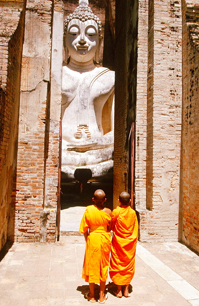 Novice monks Praying Buddha at temple Wat Si Chum, Sukhothai, Thailand