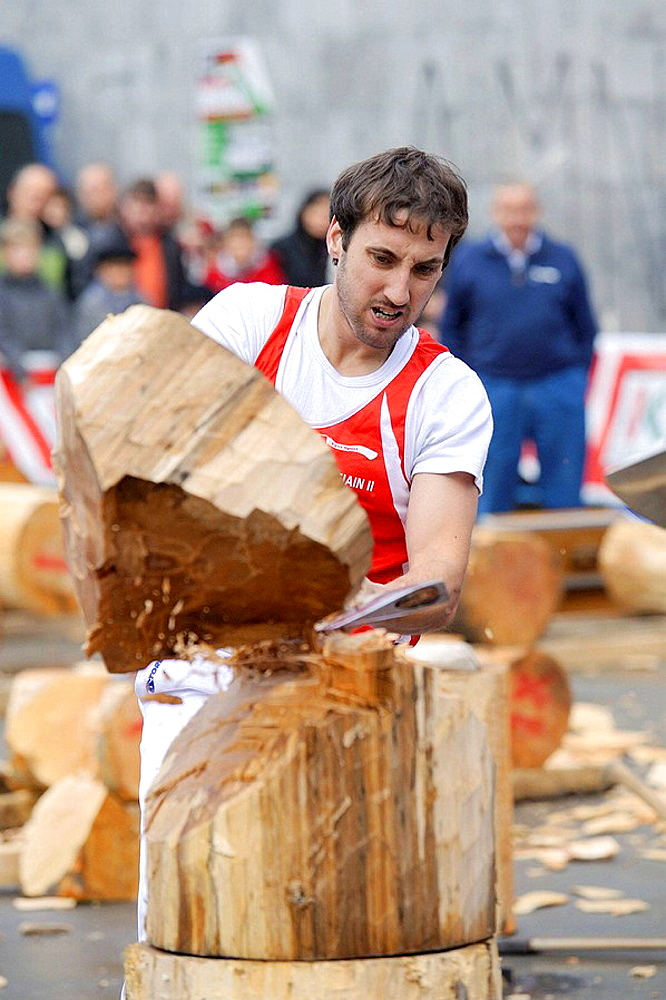 'Aizkolari' man cutting log with an axe, demonstration of 'aizkora' (traditional Basque sport), Mondragon, Euskadi, Spain