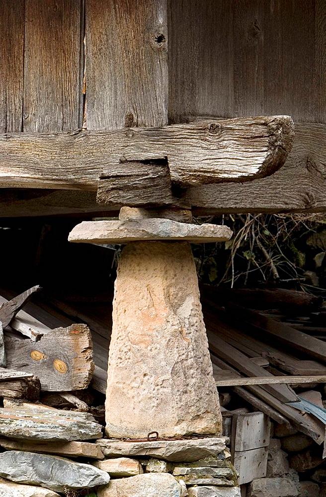 Pie (pegoyo) y muela de un horreo, Cerredo Pass, Degana, Parque Natural de las Fuentes del Narcea, Degana e Ibias, Asturias, Spain.