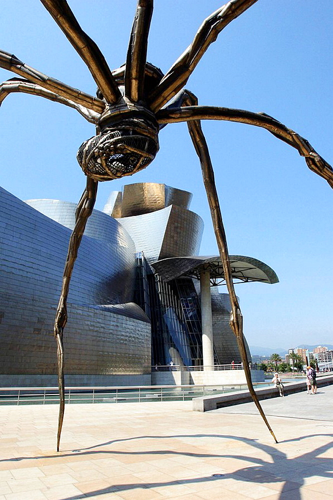 Maman sculpture by Louise Bourgeois in front of the Guggenheim Museum by F.O, Gehry, Bilbao, Biscay, Basque Country, Spain