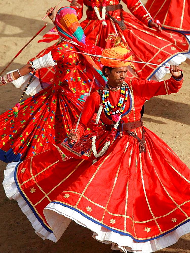 India, Rajasthan, Jaisalmer, Desert Festival, dancers - 817-239885