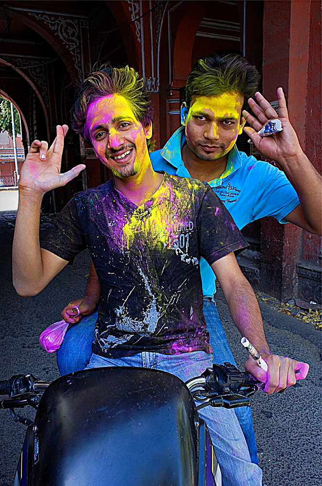 Friends celebrating the Holi spring festival to celebrate the love between Krishna and Radha, Jaipur, Rajasthan, India
