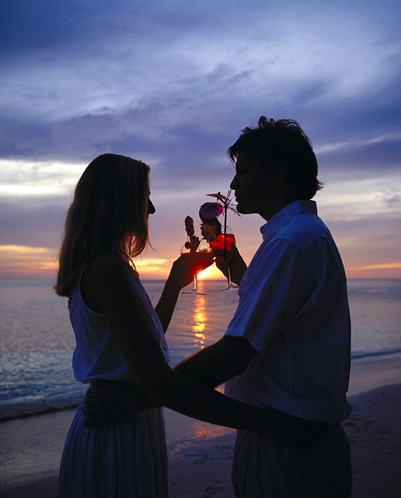 10167080, drinks, Maldives, Indian ocean, pair, couple, romantical, silhouettes, sundown, beach, seashore, embrace, holidays, . 10167080, drinks, Maldives, Indian ocean, pair, couple, romantical, silhouettes, sundown, beach, seashore, embrace, holidays,  - 817-290803