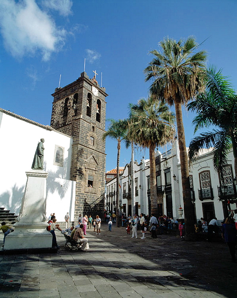 Spain, Canary Islands, La Palma, Santa Cruz de la Palma, Plaza de Espana, San Salvador Church, palms