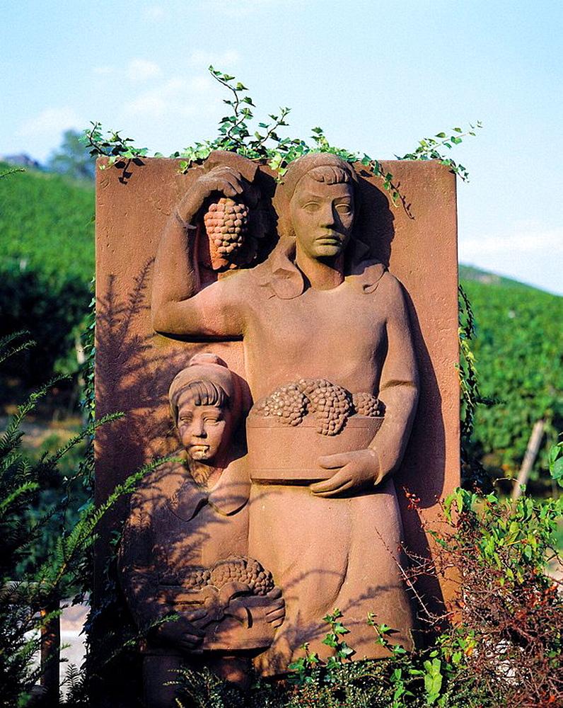 Germany, Geisenheim, Rhine, Rheingau, Rheingau mountainous country, Hesse, sculpture in a vineyard showing wine growers during grape harvest, mother and child