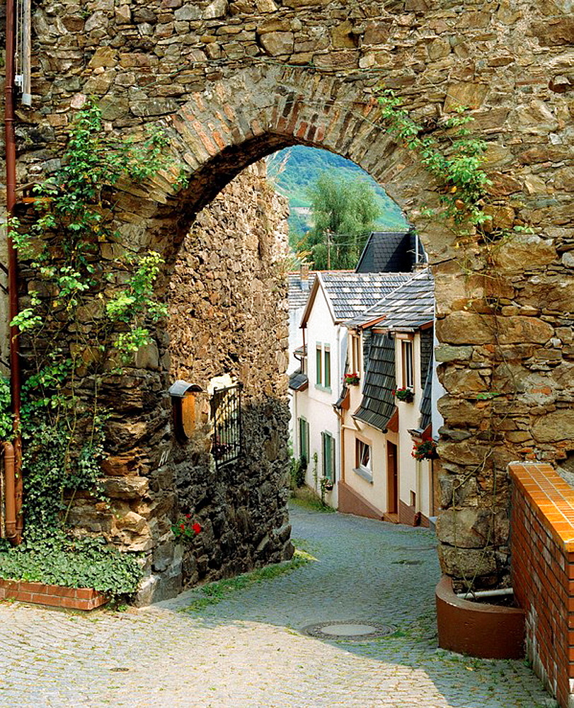 Germany, Trechtingshausen, Verbandsgemeinde Rhine-Nahe, Rhine, Rhineland-Palatinate, town gate, archway, passage, entrance, view through the gate to residential buildings