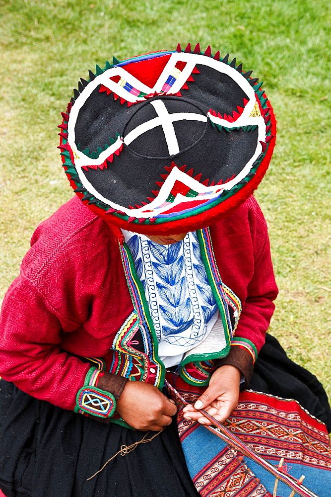 Peruvian in Tradional Wear, Weaving Peru