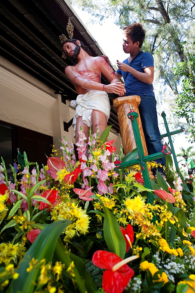 Traditional Easter ceremonial parade with the Saints  Preparations for the parade, man applying lipstick as the blood of Jesus Christ  Cebu City, Cebu, Visayas, Philippines