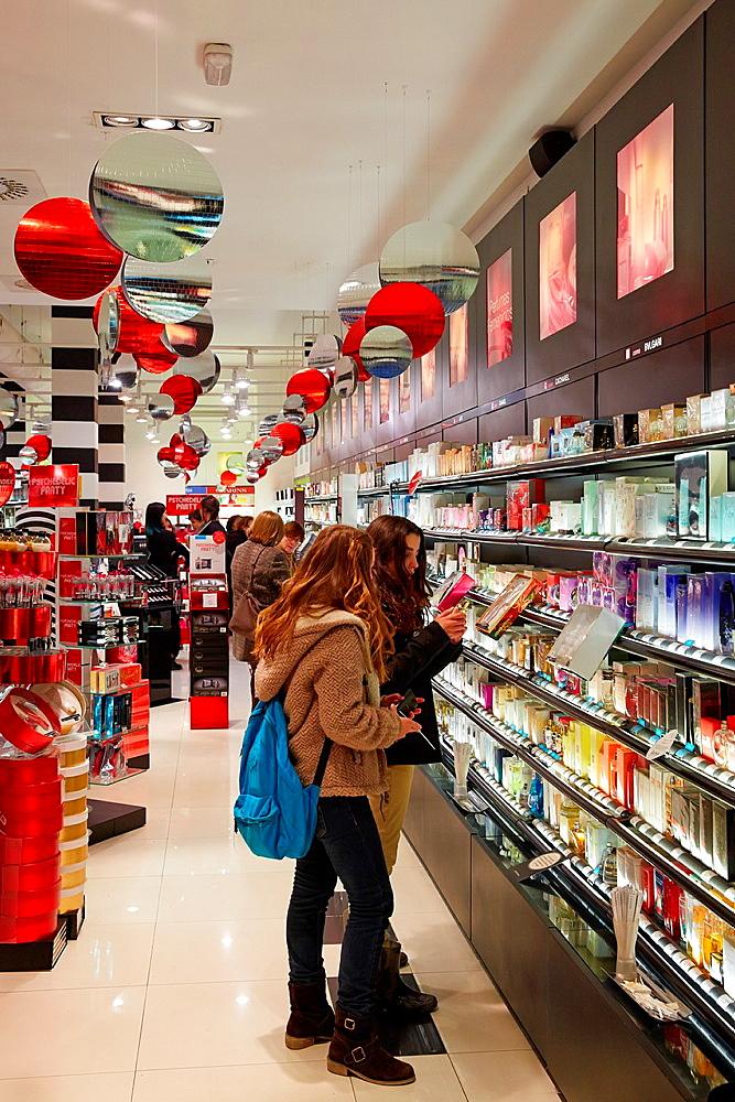 Christmas Shopping, San Sebastian, Donostia, Gipuzkoa, Basque Country, Spain.