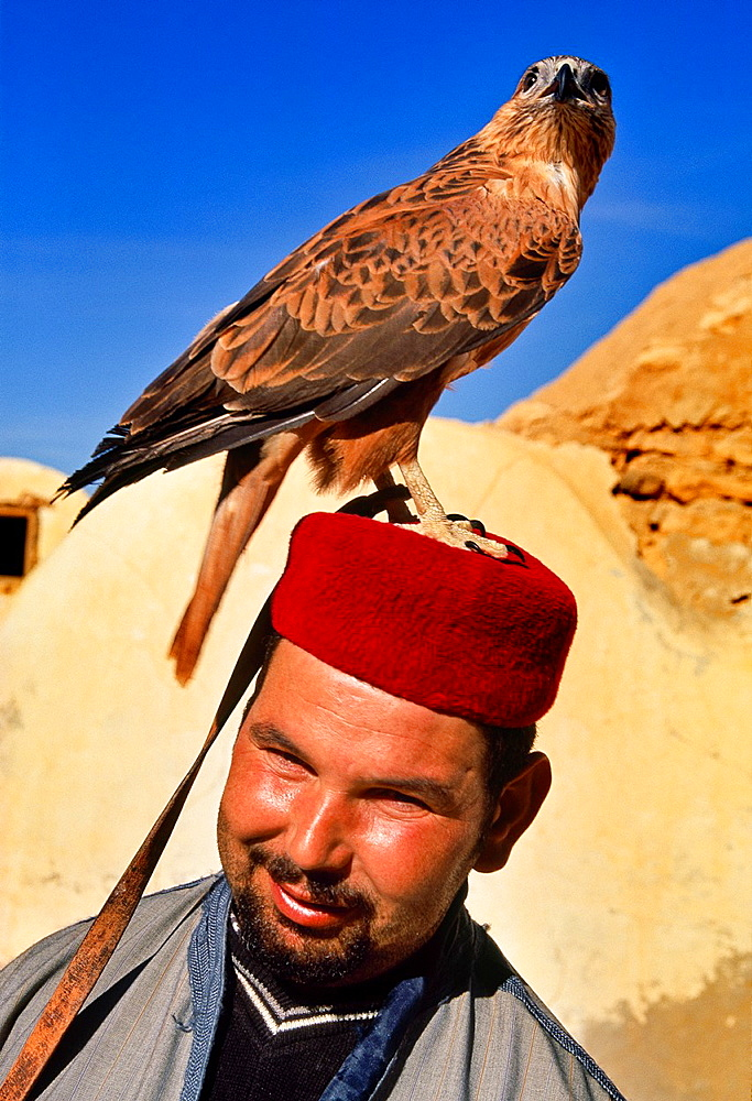 Abslama Zaidi with his falcon Ksar Hedada Southern Tunisia Abslama Zaidi con su rapaz Ksar Hedada Sur de Tunez.