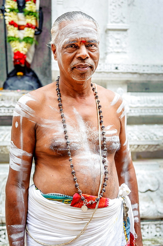 Portrait of a hindu priest inside Sri Veeramakaliamman temple, Singapur, Asia