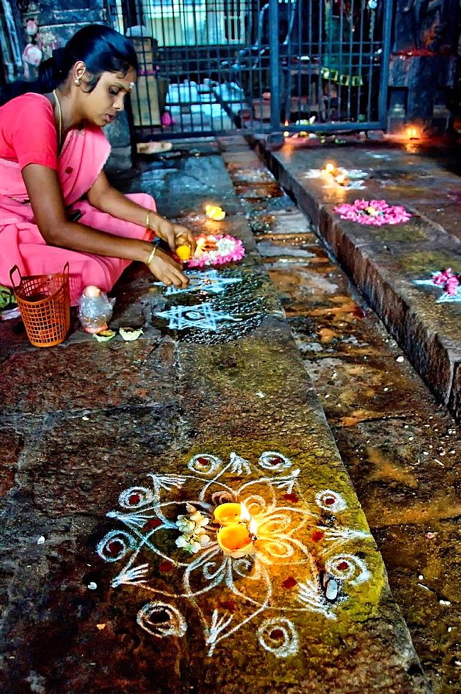 Woman drawing a mandala, Sri Ranganathaswamy temple. India, Tamil Nadu, Trichy, Srirangam