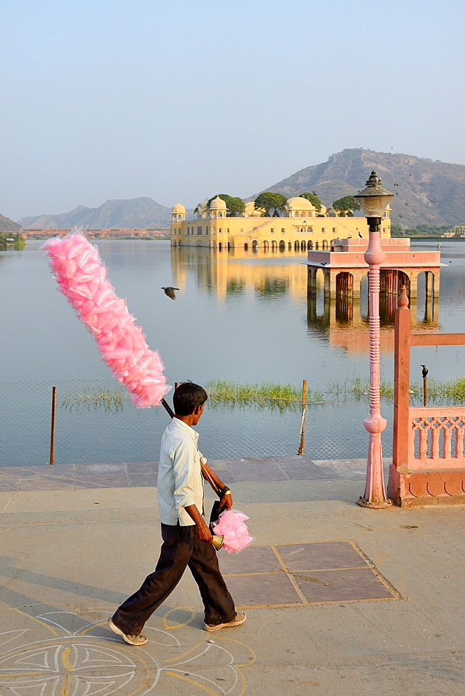 India, Rajasthan, Jaipur, Jal Mahal lake and Palace, Street vendor.