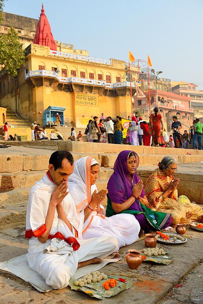 India, Uttar Pradesh, Varanasi, Gay Ghat, Hindu family in prayer. - 817-453505