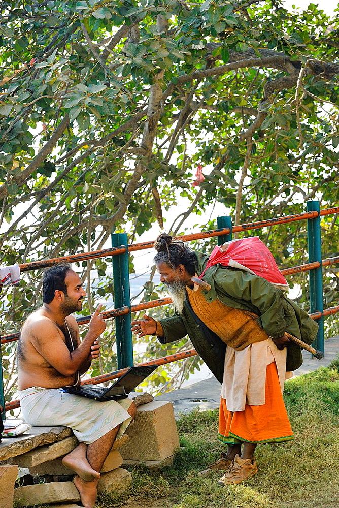 India, Uttar Pradesh, Varanasi, Gently talk between a hindu devotee and a sadhu (ascetic).
