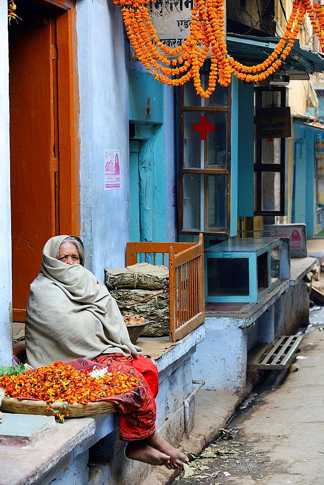 India, Uttar Pradesh, Varanasi, Offering seller.
