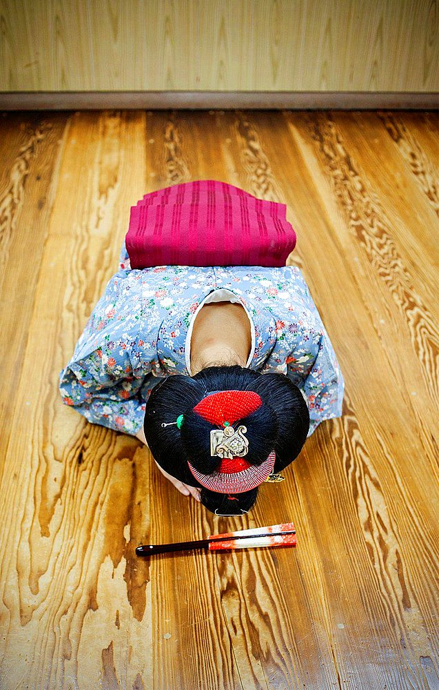 maiko' (geisha apprentice) in dance class. Geisha school (kaburenjo) of Miyagawacho.Kyoto.Kansai, Japan.