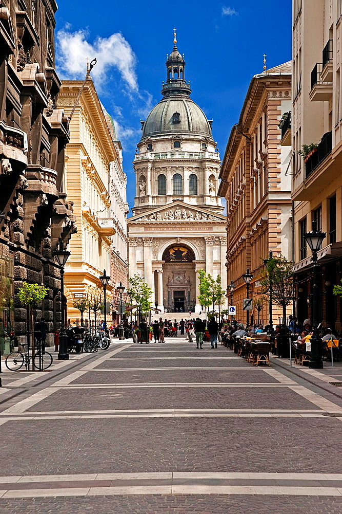 St. Stephen's Basilica, since the inauguration in 1905, the largest church in the Hungarian capital Budapest. The interior can accommodate up to 8, 500 people place. The dome is 96 meters high, Budapest, Hungary, Europe.
