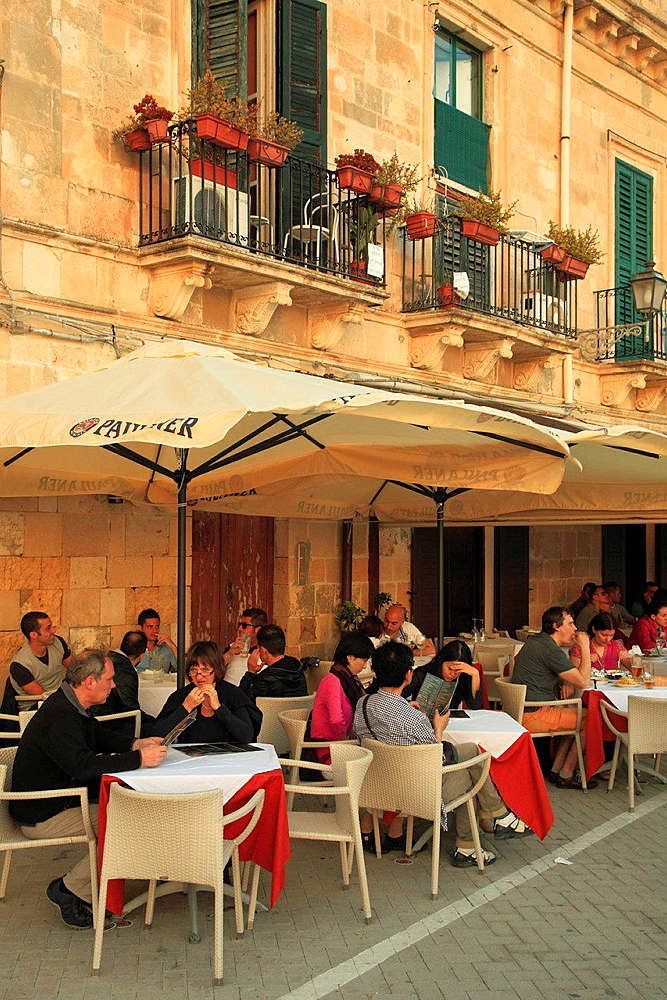 Italy, Sicily, Siracusa, restaurant, people.