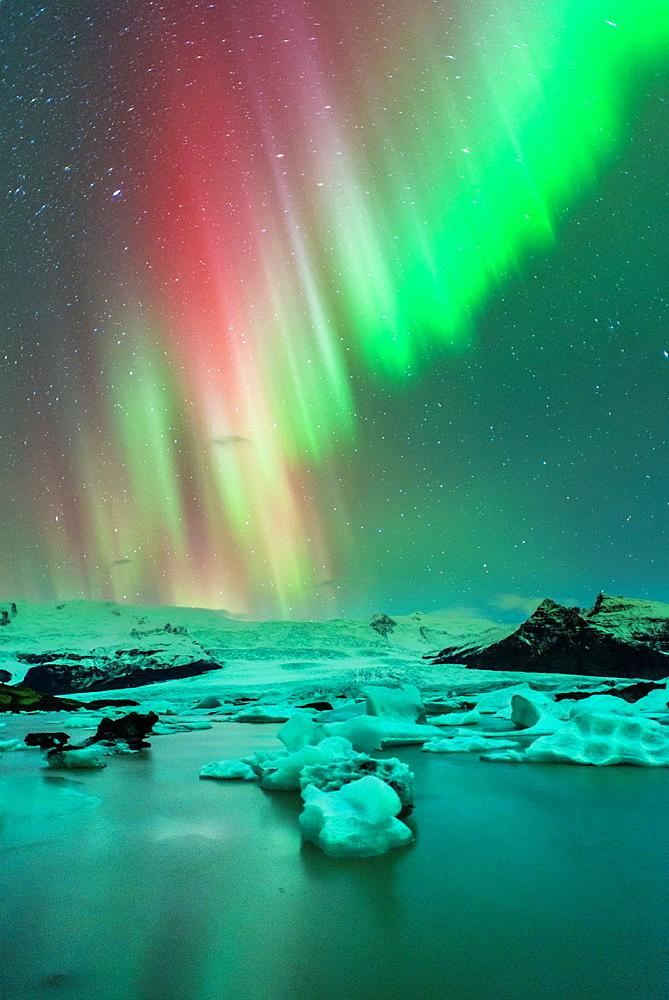 Northern lights in Fjallsarlon, Vatnajokull National Park, Iceland. - 817-468369