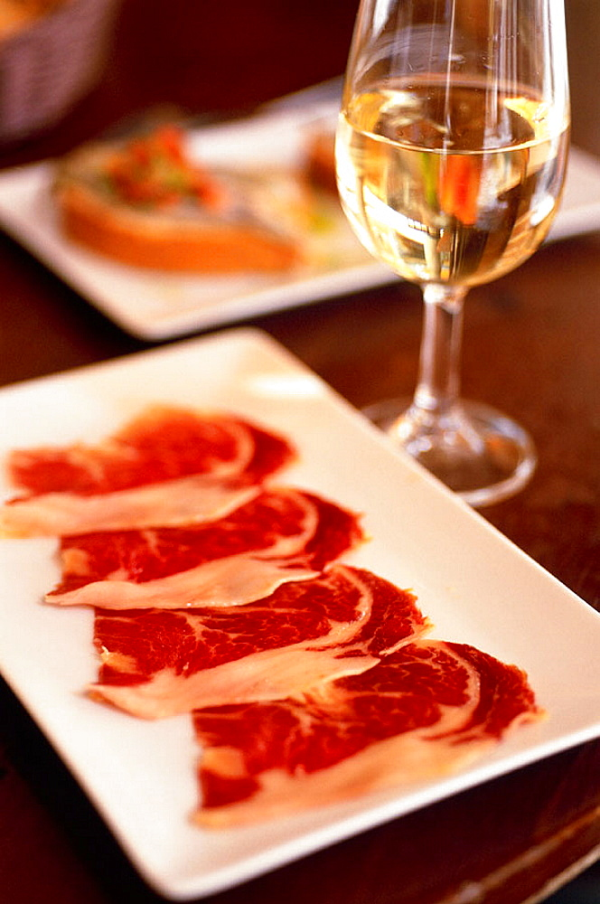 Spain, Andalusia, Jerez, Local cooking tapas, Slices of Jabugo ham 'pata negra' and Sherry at the restaurant 'Gallo Azul' - 817-88430
