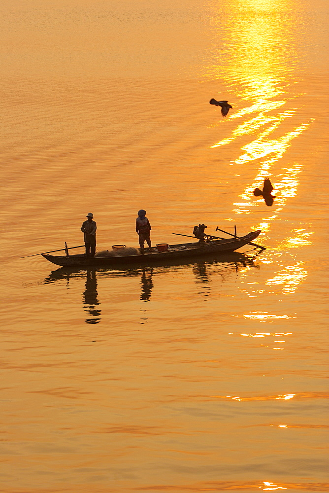 Fishermen at sunrise, Tonle Sap River, Phnom Penh, Cambodia, Indochina, Southeast Asia, Asia - 821-213