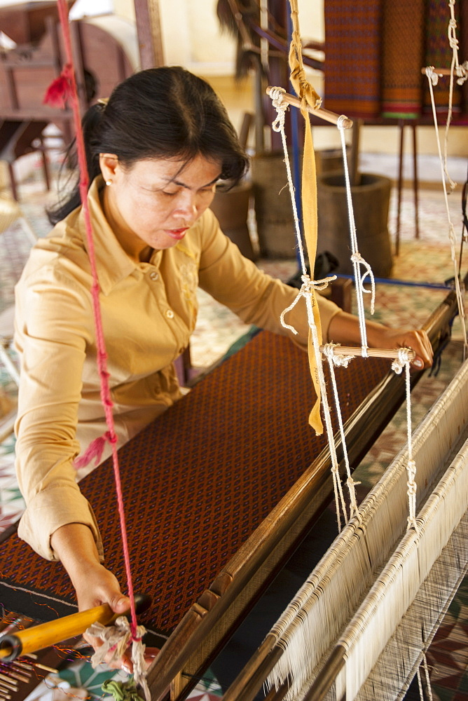 Woman weaving silk, Royal Palace, Phnom Penh, Cambodia, Indochina, Southeast Asia, Asia - 821-232