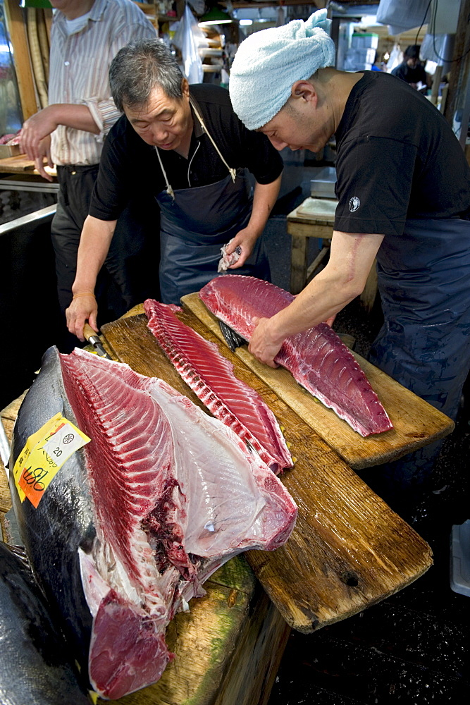 Cutting fresh tuna at Tsukiji Wholesale Fish Market, the world's largest fish market in Tokyo, Japan, Asia - 822-267