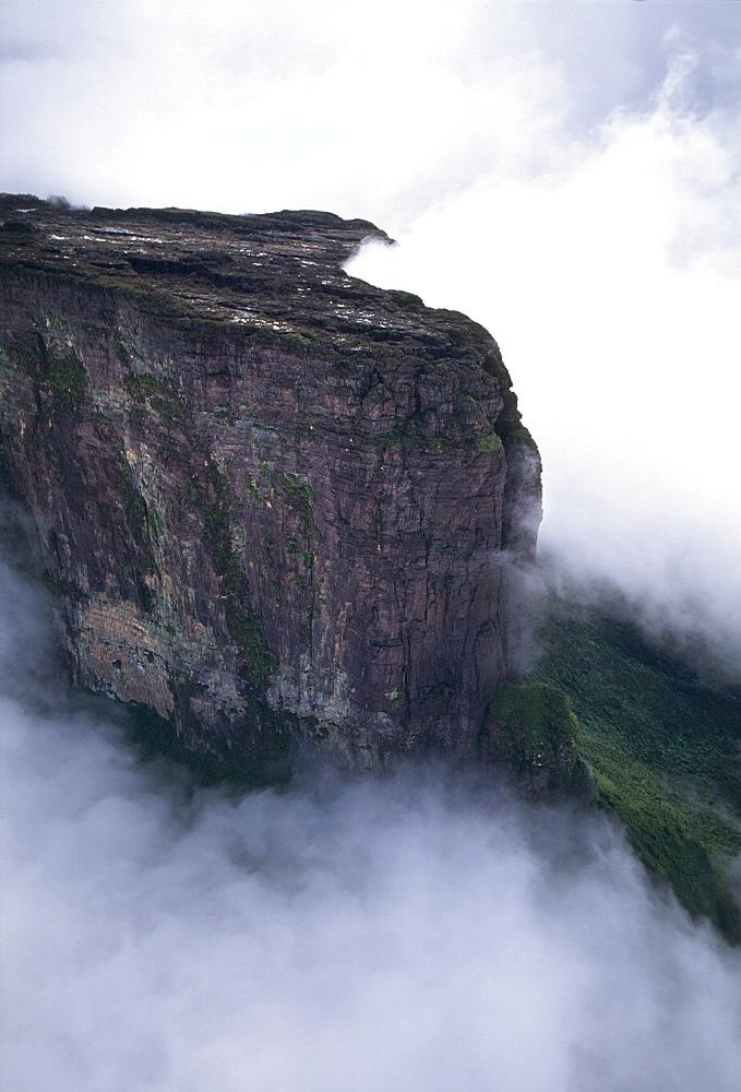 Aerial image of tepuis showing Mount Kukenaam (Kukenan) (Cuguenan), Venezuela, South America