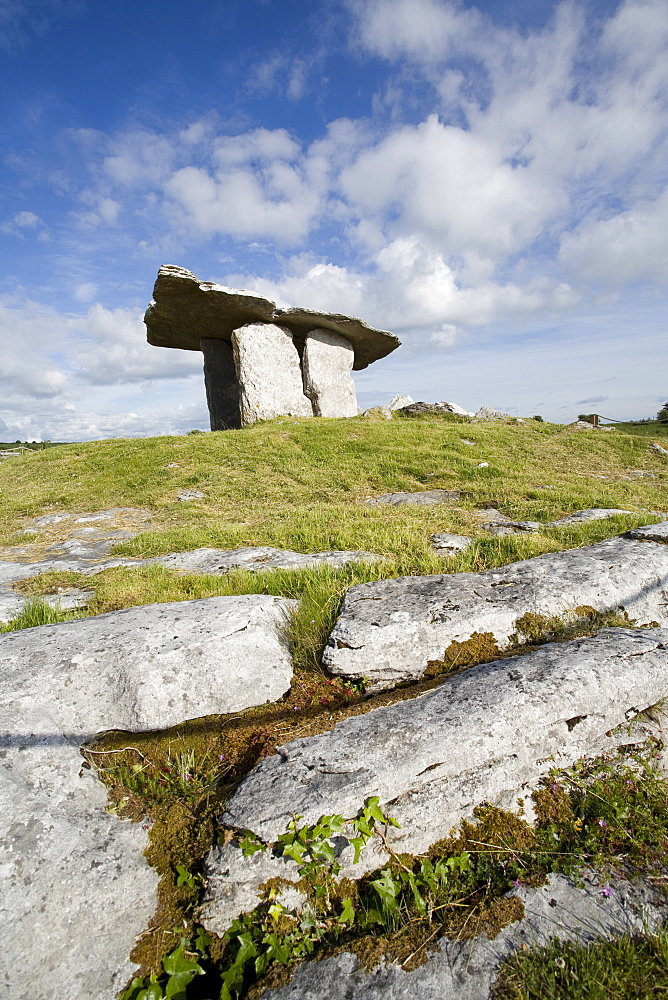 Poulnabrone Dolmen (Poll na mBron) (Hole of Sorrows), a Neolithic portal tomb probably dating from between 4200 to 2900 BC, Burren, County Clare, Munster, Republic of Ireland, Europe - 825-129