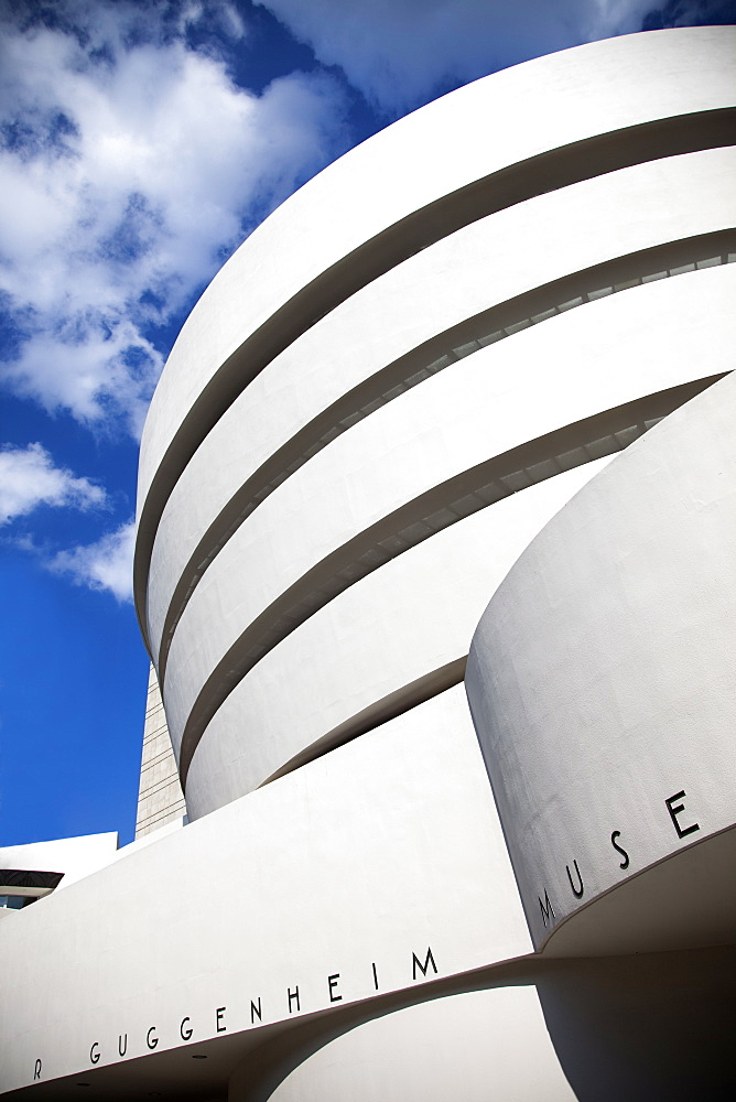 Guggenheim Museum, Modernist architecture designed by Frank Lloyd Wright, 5th Avenue at 89th Street, New York, United States of America, North America - 825-211