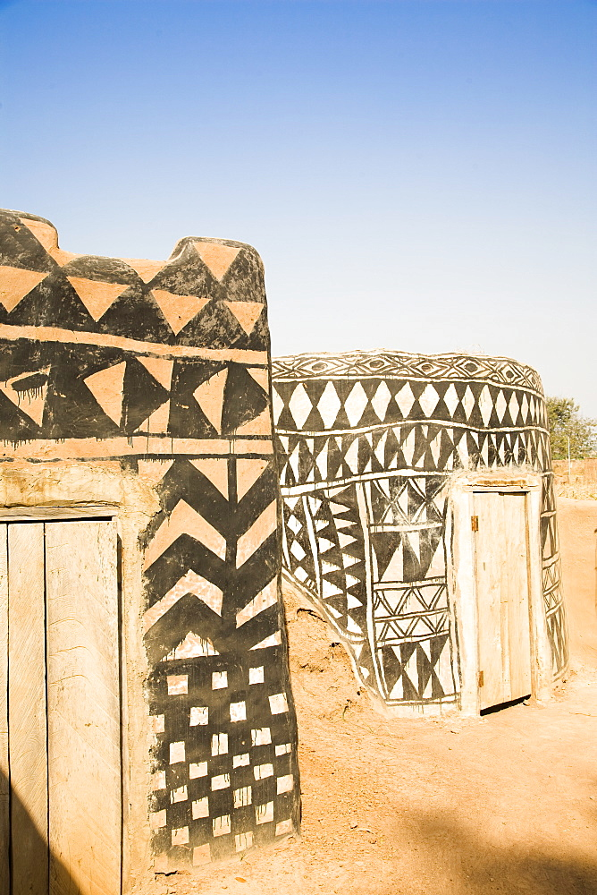 Geometric design on mud brick dwellings in Tiebele, Burkina Faso, West Africa, Africa