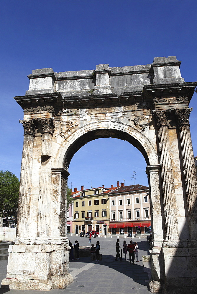 Arch of the Sergii, erected after the Battle of Actium, dating to 27BC, a Roman triumphal arch, Pula, Istria, Croatia, Europe - 826-578