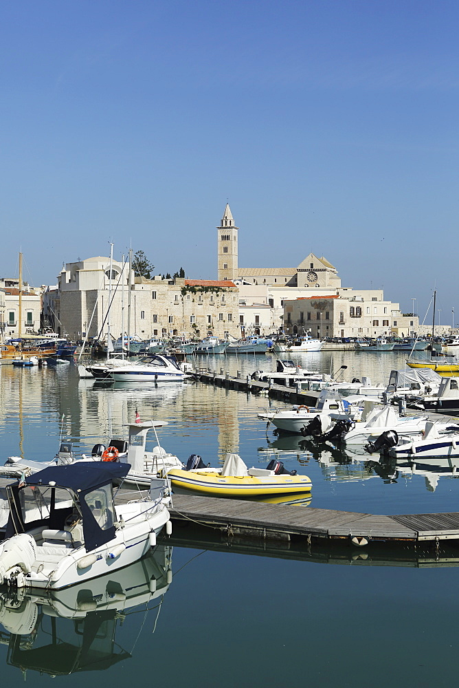 Boats in the harbour by the cathedral of St. Nicholas the Pilgrim (San Nicola Pellegrino) in Trani, Apulia, Italy, Europe - 826-646