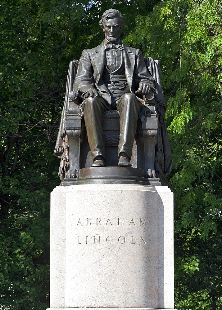 Sitting Lincoln sulpture in Grant Park in Chicago, Illinois, United States of America, North America