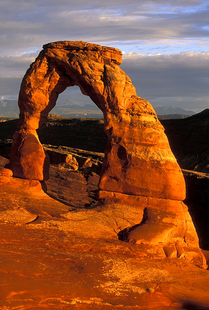'Delicate Arch', Arches National Park, Utah, Usa *** Local Caption *** 'Delicate Arch', one of the best known landforms in this spectacular park of eroded formations, including over 2000 arches