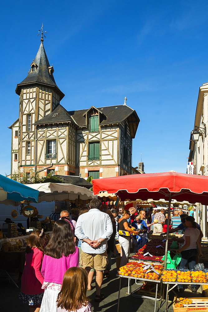 Busy Rue de Temple on popular market day at this pretty south western historic bastide town, Eymet, Bergerac, Dordogne, France, Europe