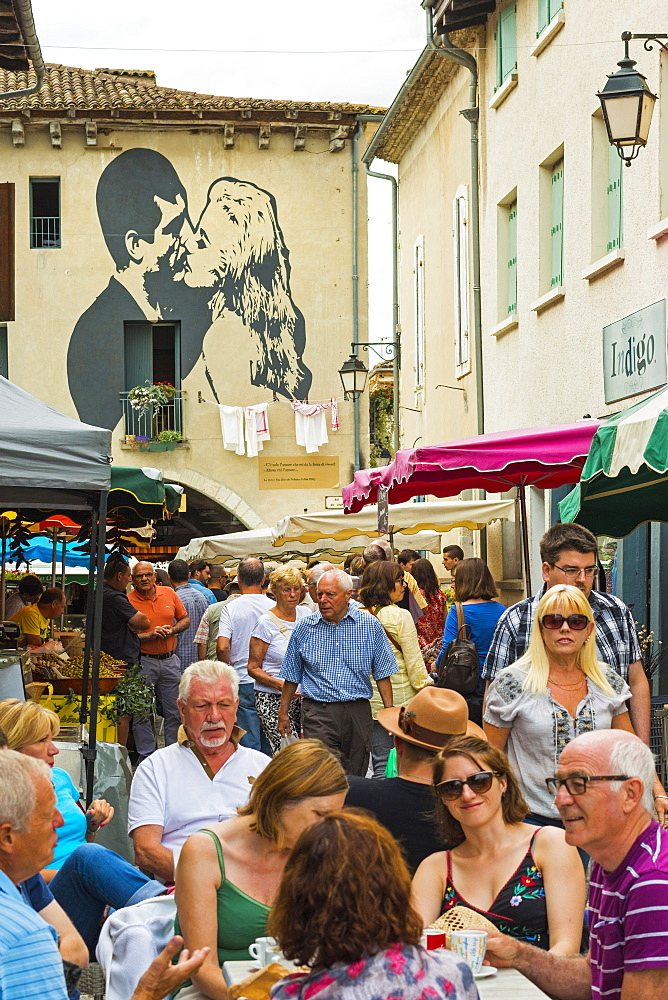Busy Rue de L'Engin on popular Thursday market day at this pretty south western bastide town, Eymet, Bergerac, Dordogne, France, Europe