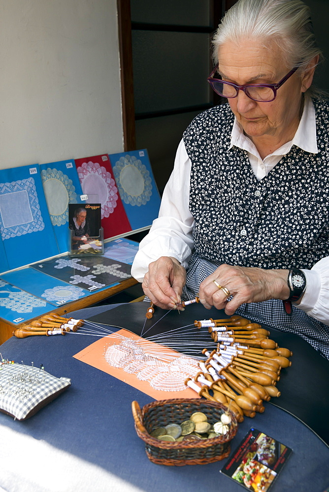 Old lady making lace by hand using pins and bobbins, Bruges, West Flanders, Belgium, Europe - 831-1535