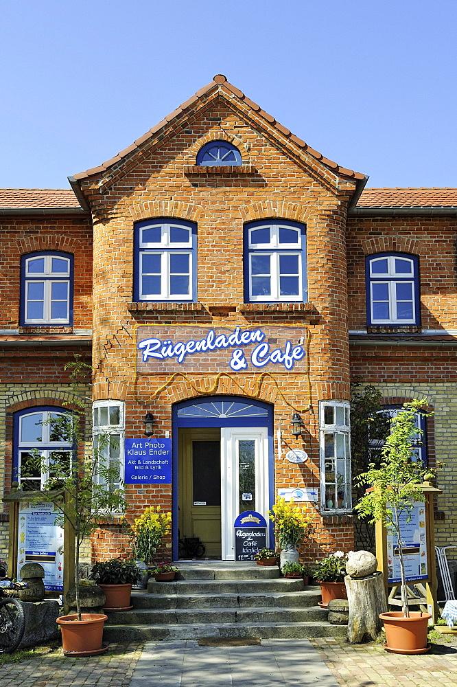 Gift shop with gallery and cafe, Ruegenhof farm, Putgarten near Cape Arkona, Mecklenburg-Western Pomerania, Germany, Europa