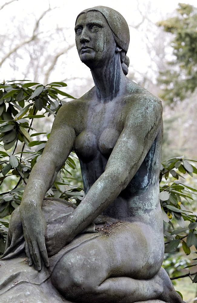 Nude sculpture, erotic grave sculpture, Nordfriedhof Cemetery, Duesseldorf, North Rhine-Westphalia, Germany, Europe