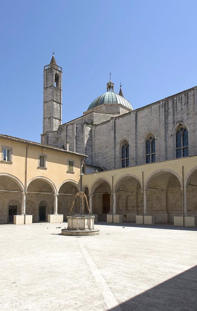 Chiostro Maggiore di San Francesco, cloister of the church St Francis, built in 1565 - 1623 in travertine, Ascoli Piceno, Marches, Italy, Europe