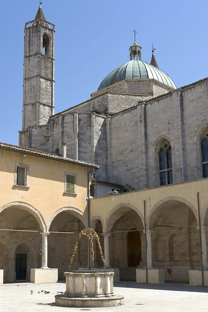 Chiostro Maggiore di San Francesco, cloister of the church St Francis, built in 1565 - 1623 in travertine, with a well in its center, Ascoli Piceno, Marches, Italy, Europe